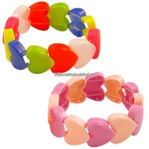Armband med plasthjärtan