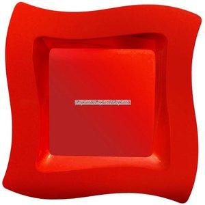 Röda vågiga plasttallrikar